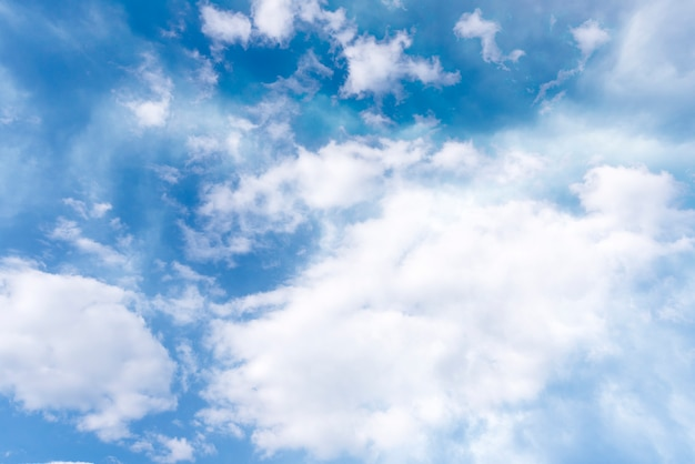 Zomer blauwe lucht en zachte witte wolken als achtergrond of textuur