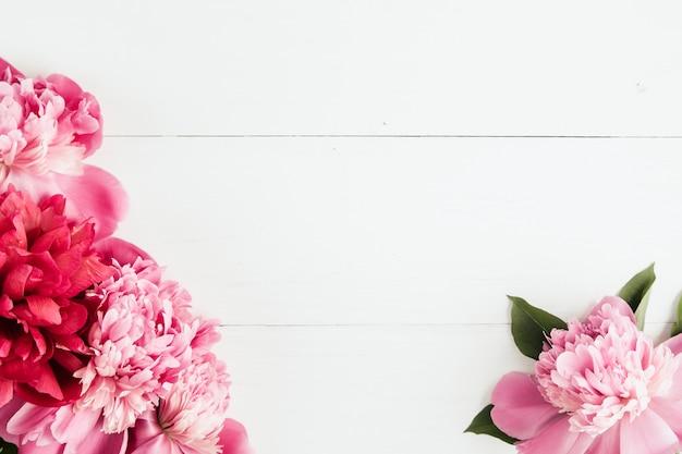Zomer bloemenframe met roze pioenen