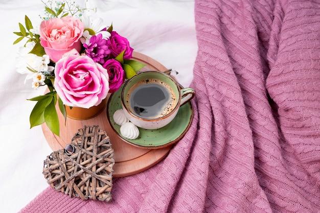 Zomer boeket bloemen close-up. boeket roze rozen en madeliefjes