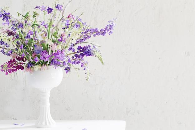 Zomer boeket in blauw en violet kleuren op wit
