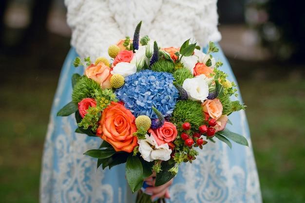 Zomer bruiloft boeket. delicate heldere bloemen voor meisje