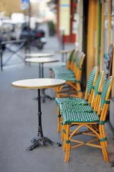 Zomer buitencafé in parijs, frankrijk