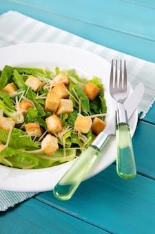 Zomer caesar salade op picknicktafel