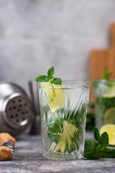 Zomer cocktail met limoen en munt