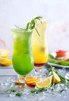 Zomer cocktails op grijs