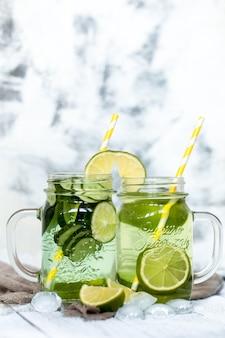 Zomer detoxdrankje met komkommer en limoen, het concept van verfrissende drankjes