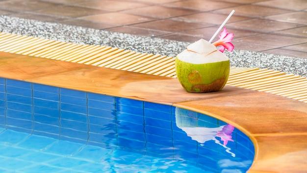 Zomer drinken kokosnoot sap bij zwembad