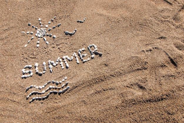 Zomer foto van kiezelsteen en zand op een strand. zomer achtergrond