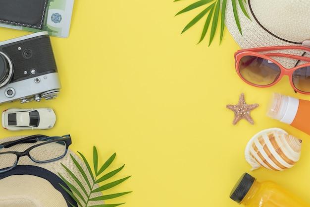 Zomer geel oppervlak met accessoires voor de zomer