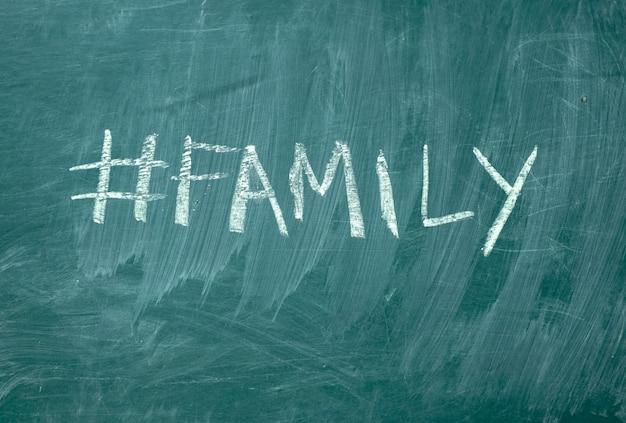 Zomer hashtag met de hand geschreven met wit krijt op een groene schoolbord.