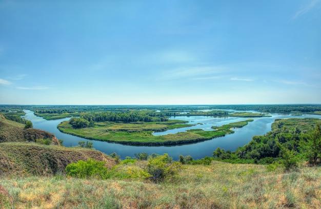 Zomer helder zicht op de delta van de rivier vorskla vanaf de heuvel. panoramische landschapsfoto met vissenoog.