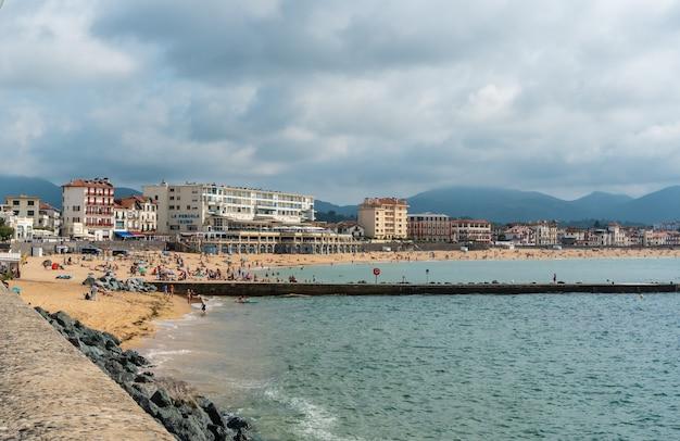 Zomer in de grande plage in saint jean de luz, vakantie in het zuiden van frankrijk, frans baskenland