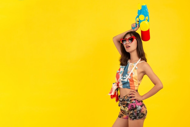 Zomer jonge mooie vrouw met waterpistool, songkran vakantie