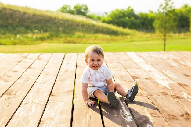 Zomer-, kinder- en babyconcept - kleine jongen die plezier heeft in de zomerse natuur