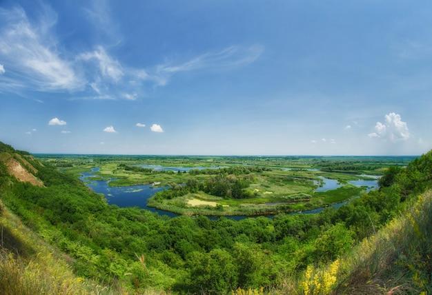 Zomer kleurrijk uitzicht op de delta van de rivier vorskla vanaf de berg. panoramische landschapsfoto met vissenoog.