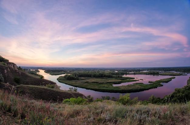Zomer kleurrijke foto op delta van de rivier vorskla op de zonsopgang vormen de berg. panoramische landschapsfoto met vissenoog.