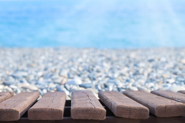 Zomer kust achtergrond met houten basis en uitzicht op zee