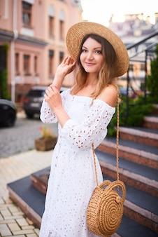 Zomer lachende vrouw op vakantie in de oude europese stad