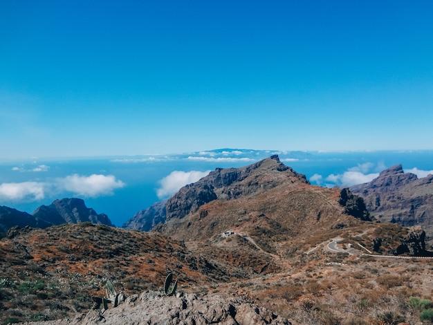 Zomer landschap in bergen en de donkerblauwe hemel met wolken