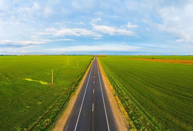 Zomer landschap met groen veld met verkeer op de weg in oekraïne
