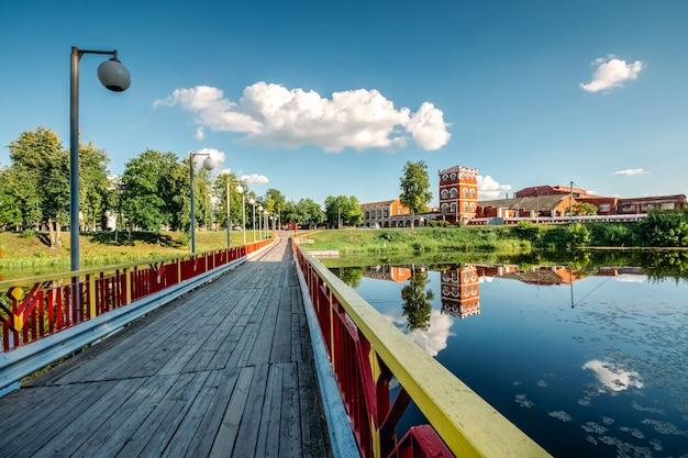 Zomer landschap met oude fabriek en rivier