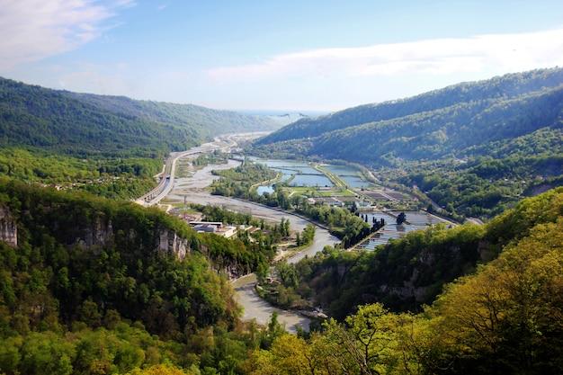 Zomer landschap met rivier en berg