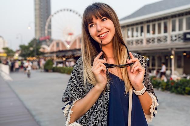 Zomer levensstijl portret van leuke vrouw lopen op zonnige rivieroever in bangkok