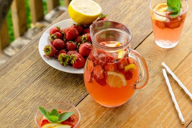 Zomer limonade met aardbeien en munt