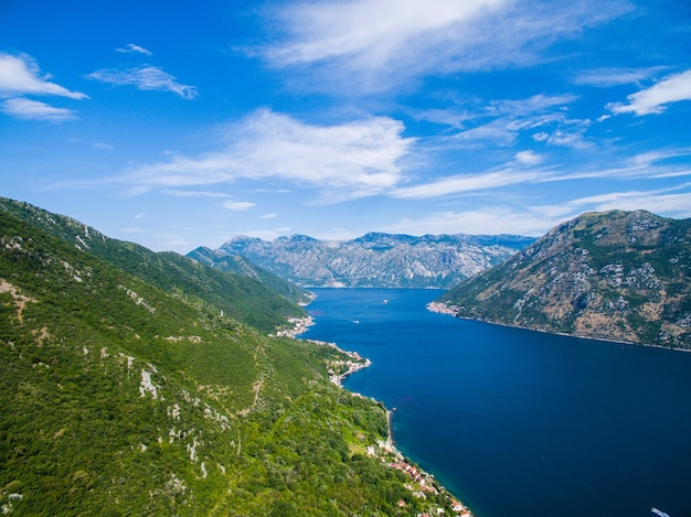 Zomer luchtfoto panorama in de baai van kotor, montenegro
