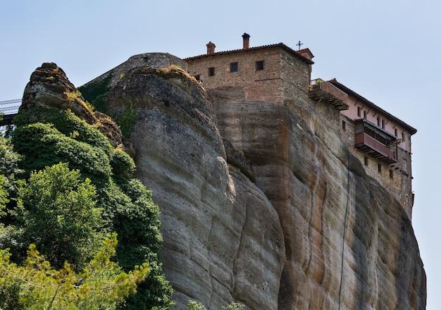 Zomer meteora - belangrijk rotsachtig christendom religieus kloostercomplex in griekenland
