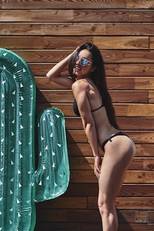 Zomer mode meisje in zwemkleding plezier op vakantie sexy vrouwelijk model in trendy zonnebril