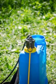 Zomer ongediertespuit op gras klaar voor gebruik