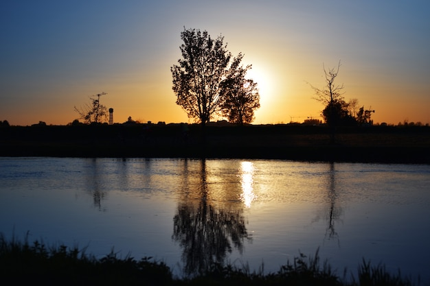 Zomer op de rivier met een geweldige kleurrijke zonsondergang