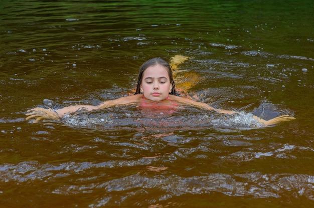 Zomer openluchtrecreatie aan de rivier. kom tot rust. meisje 9 jaar oud rusten in de zomer.