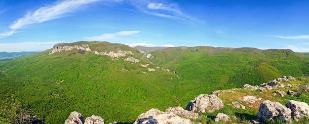 Zomer panorama uitzicht op kokkozka rivier vallei (de krim, oekraïne). great crimean canyon uiterst links.