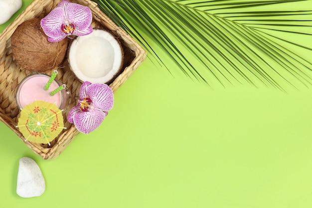 Zomer plat lag met cocktail en kokosnoot