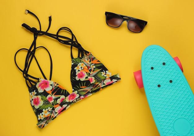 Zomer plezier achtergrond zomer strand accessoires op een gele achtergrond