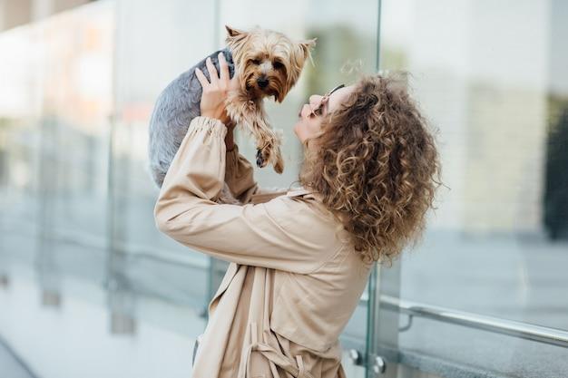 Zomer portret van een jonge vrouw in naakte kleding op de natuur met een hondenras chihuahua. heerlijk begrip. de hond kussen.