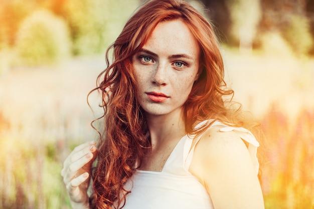Zomer portret van jonge sexy gember meisje met sproeten op gezicht en lichaam