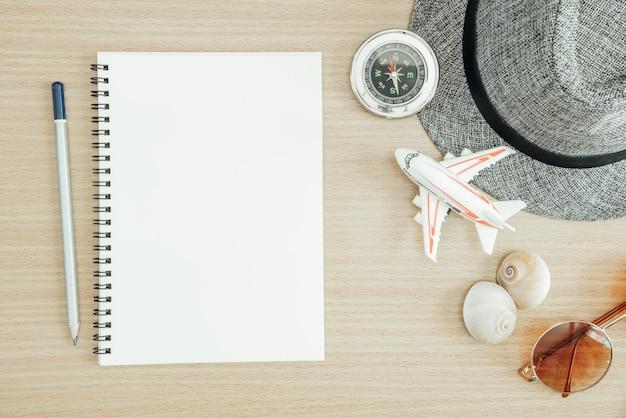 Zomer reizen en vakantie achtergrond concept. blanco papier met kompas, zonnebril op nastreven