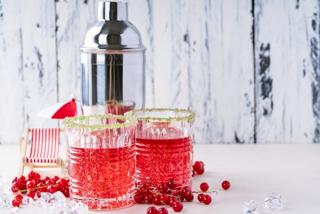 Zomer rode bessen en cranberry-cocktail