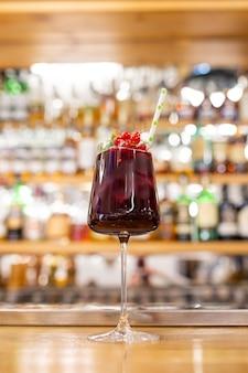 Zomer rode cocktail met veenbessen op de bar.
