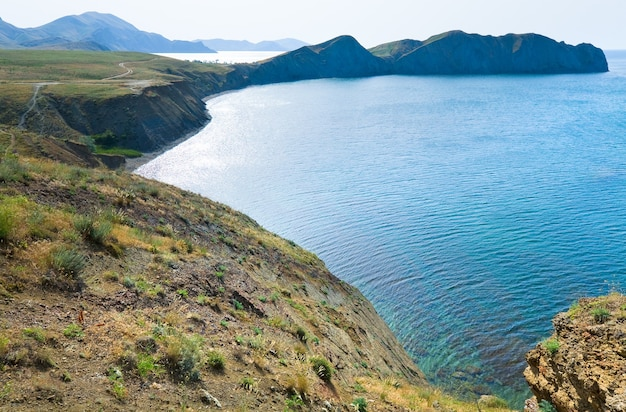 Zomer rotsachtige kustlijn