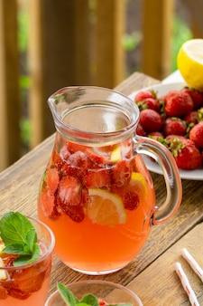Zomer roze limonade met aardbeien en citroen