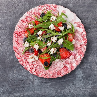 Zomer salade van verse aardbeien, rucola, sla