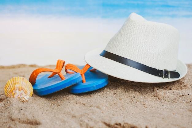 Zomer samenstelling met hoed, zeeschelp en flip-flops