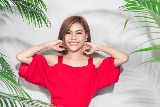 Zomer schoonheid concept. portret van jonge aziatische vrouw in rode jurk