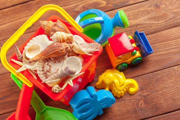 Zomer speelgoed op houten tafel