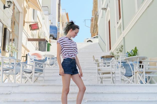 Zomer stad portret trendy tienermeisje 15 jaar oud in de stad