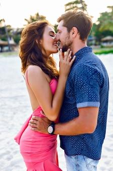 Zomer stijlvolle mode sensuele portret van een gelukkig, sexy paar verliefd. prachtige, jonge, mooie geliefden, op vakantie in een tropisch land. kussen en knuffels.